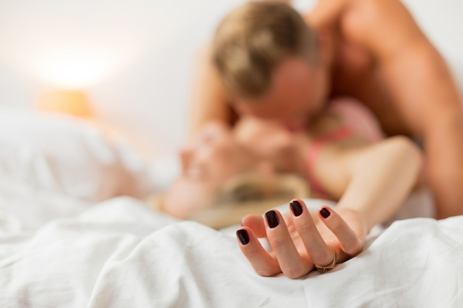 hypnotherapy for sex addiction in Wolverhampton - man and women in sexual pose